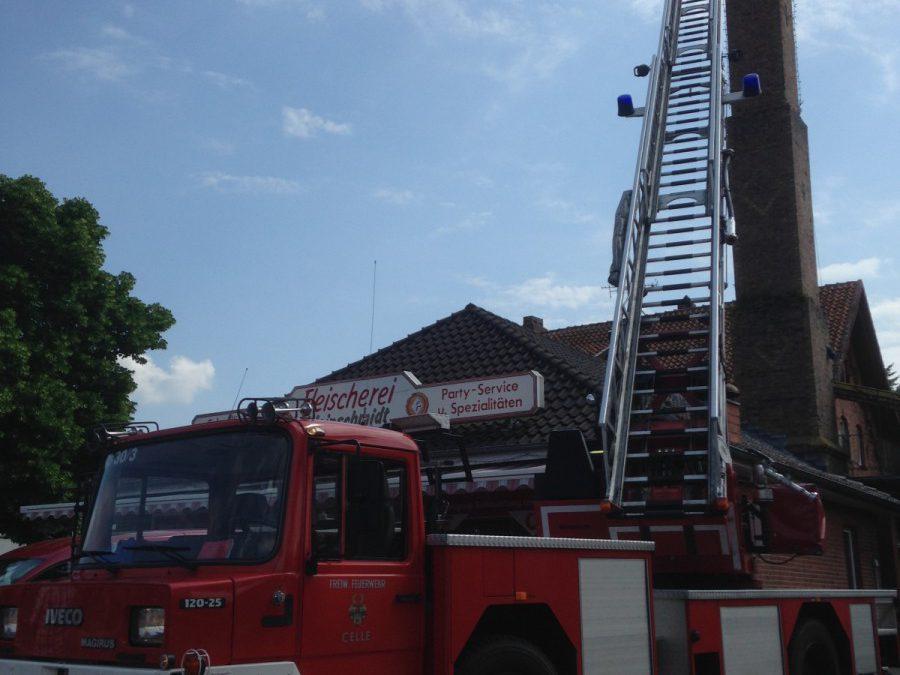 Celler Feuerwehr unterstützt Weißstorchbeauftragten