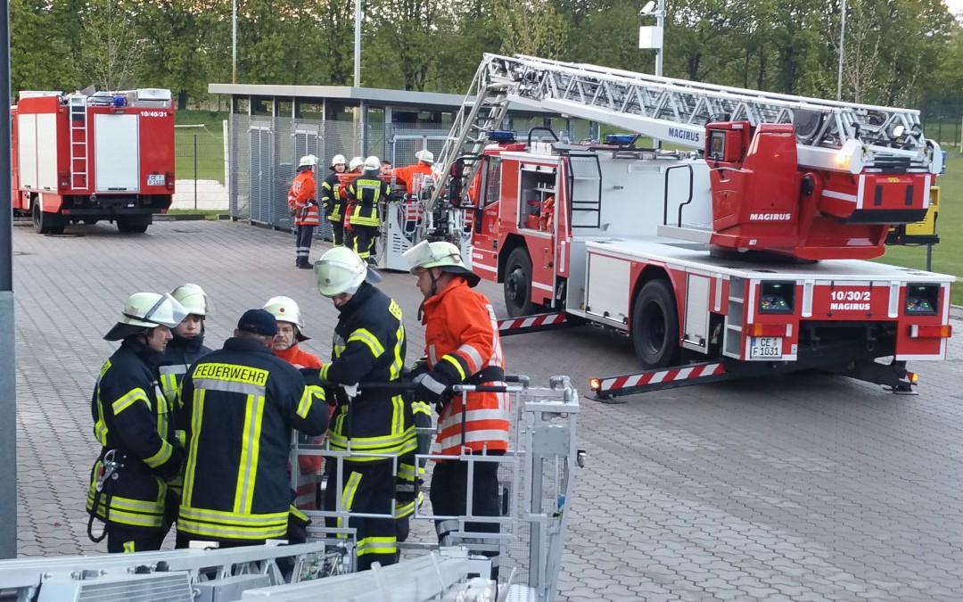 Feuerwehr Bostel im Drehleitereinsatz geschult