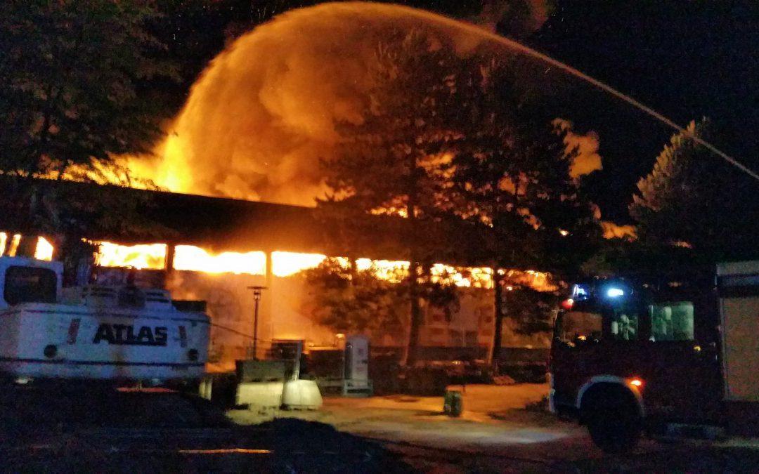 Brennt Sporthalle in voller Ausdehnung