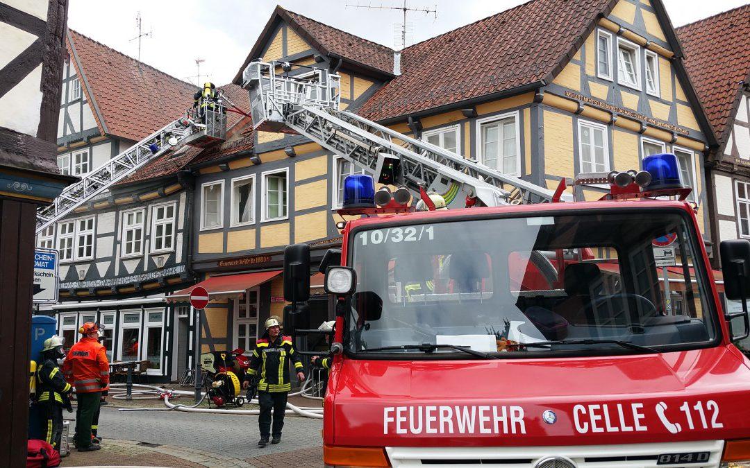 Ausgedehntes Feuer in der Altstadt – *Video hinzugeführt*