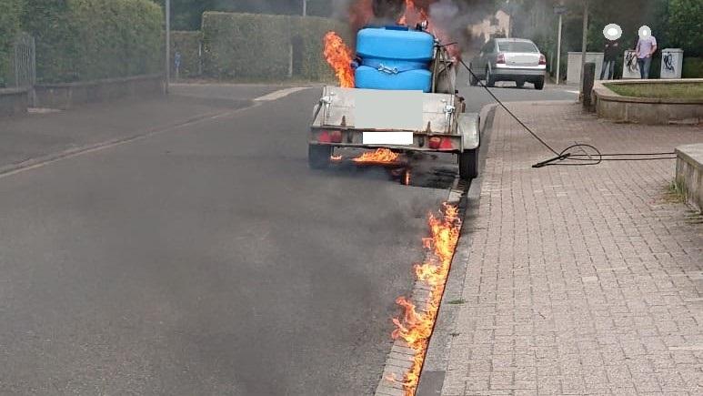 Brennt PKW-Anhänger