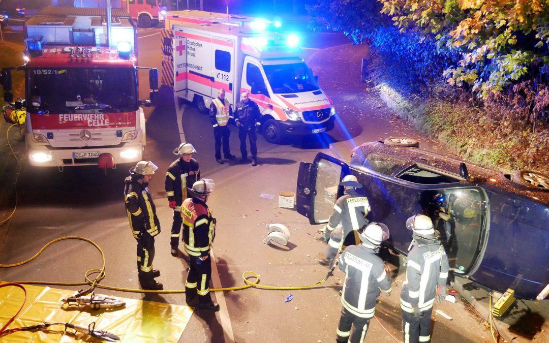 Verkehrsunfall – Person unter PKW eingeklemmt