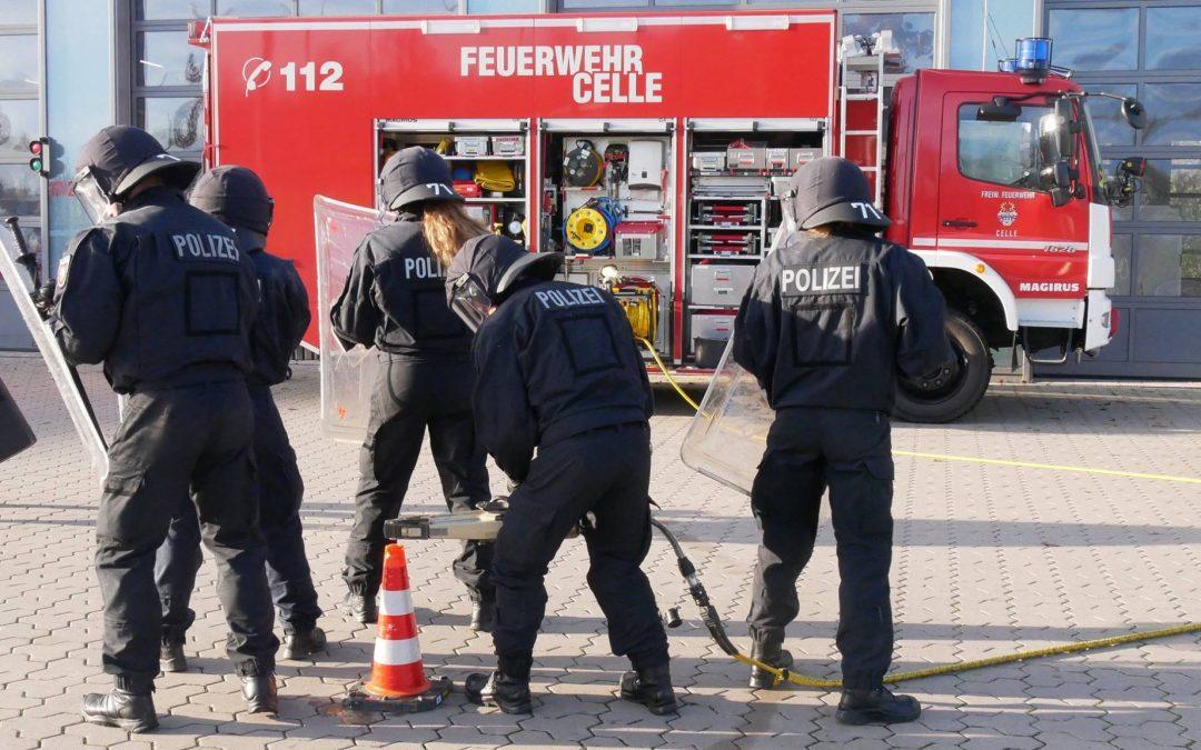 Bereitschaftspolizei übt bei der Celler Feuerwehr