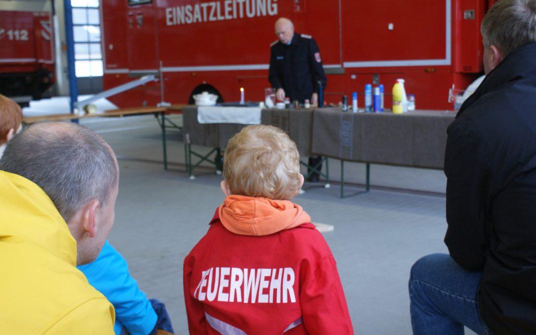 """""""Faszination Feuerwehr"""" – Kurs der Familien-Bildungsstätte besucht Celler Feuerwehr"""