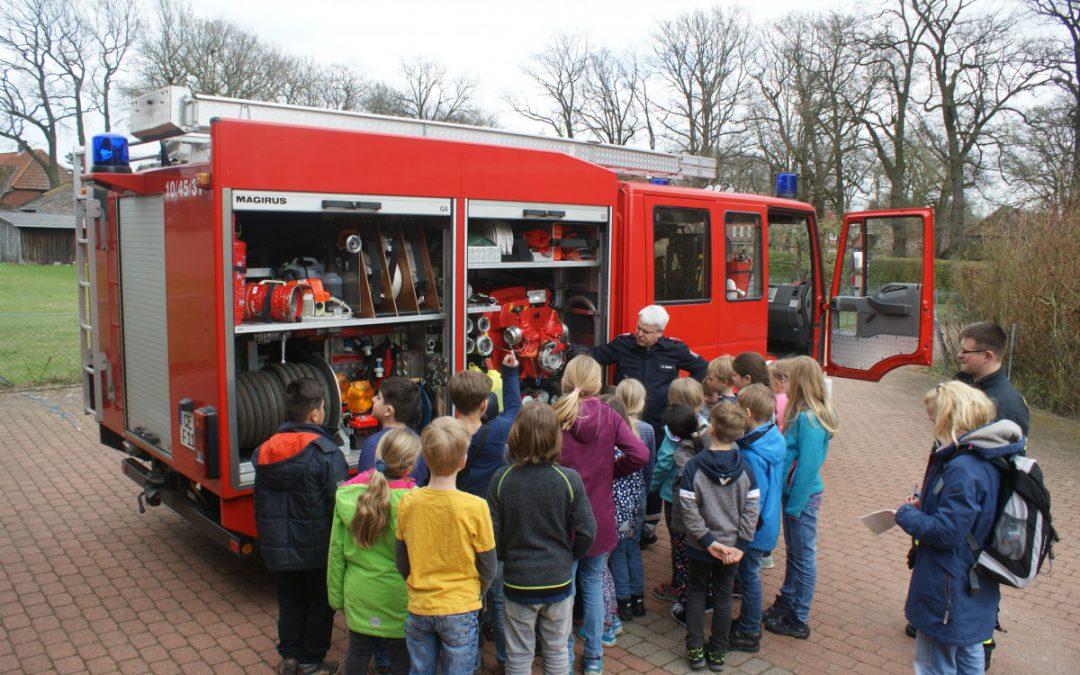 Große Kinderaugen beim Besuch der Feuerwehr Bostel