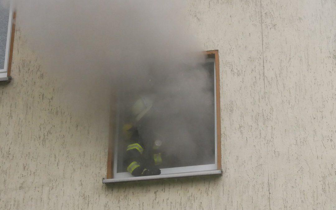 Kellerbrand – mehrere Personen im Gebäude eingeschlossen! *Video*