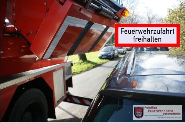 VERSPERRT – RETTUNGSWEGE FÜR DIE FEUERWEHR FREIHALTEN!