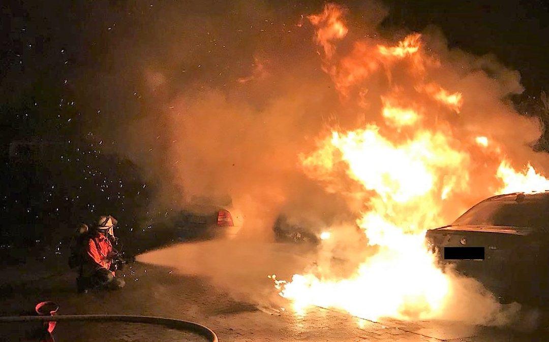 Brennen zwei Fahrzeuge